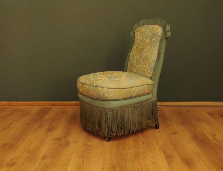 antique armchair 9f22ba8d f7b2 42d7 ae63 1e7800a