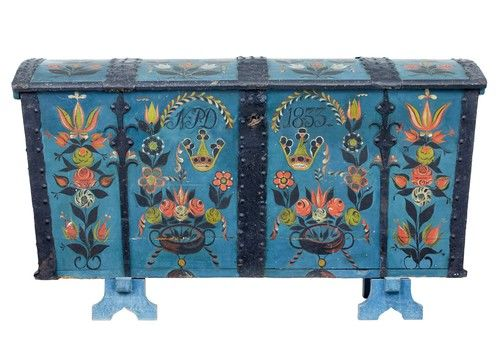 Attirant 19th Century Swedish Oak Hand Painted Dome Top Trunk