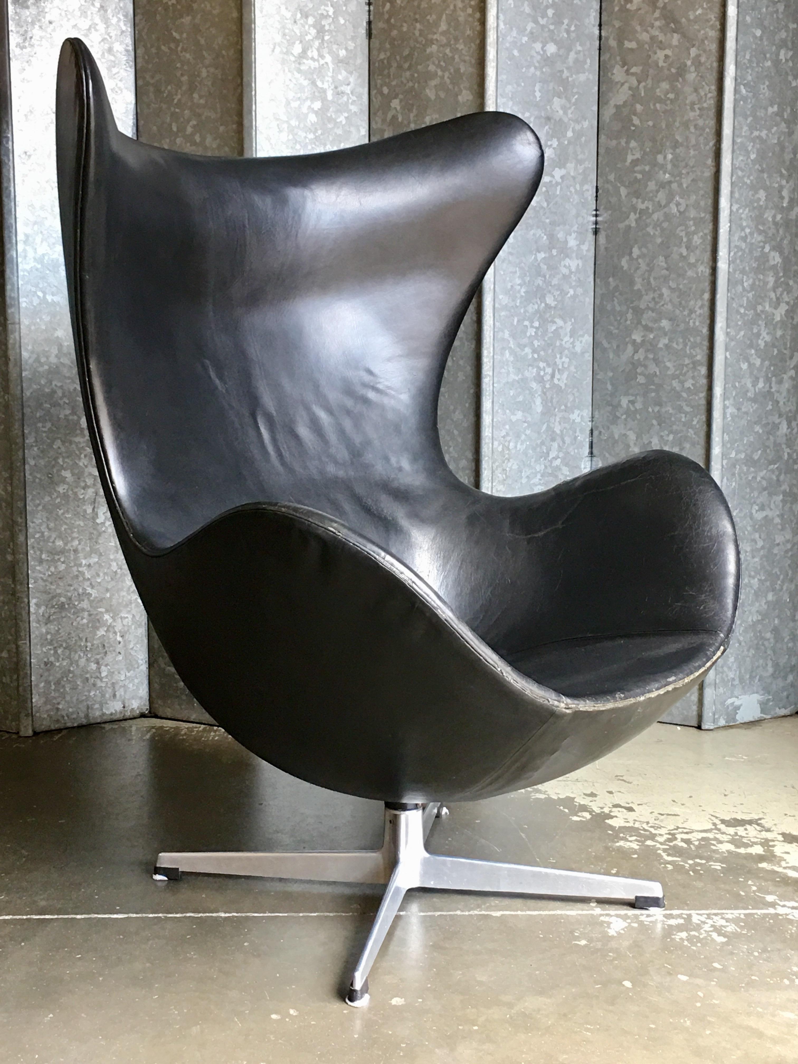 Original Vintage Arne Jacobsen Egg Chair In Black Leather Vinterior