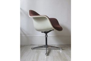 Thumb vintage eames herman miller fibreglass swivel chairs eames unknown 0