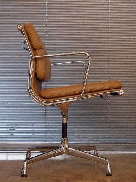 Charles & Ray Eames Ea208 Soft Pad Chair