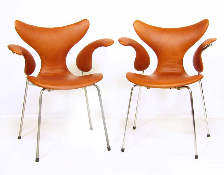 Two 1970s Lily Chairs In Leather By Arne Jacobsen